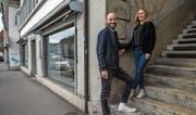 Jonas Käppeli und Corinne Wittinger vor den Räumlichkeiten ihres geplanten veganen Restaurants. (Bild: Nadia Schärli (Luzern, 20. März 2017))