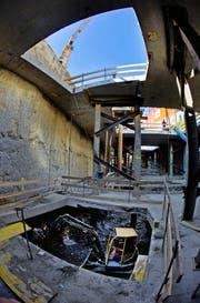 Hinter dem Postgebäude wird in die Tiefe gebaut: Die Löcher in der Decke machen den Aushub der Untergeschosse möglich. (Bild Stefan Kaiser)