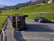Der Puch blieb auf der Beifahrerseite liegen. (Bild: Geri Holdener, Bote der Urschweiz)