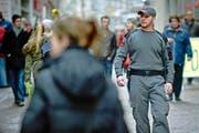 Protectas-Mitarbeiter Rubin S. patrouilliert am Freitagmorgen durch die Luzerner Altstadt. (Bild: Pius Amrein/Neue LZ)