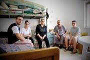 Der 51-jährige Moses – hier Zweiter von rechts, mit einem Teil seiner Familie im Flüchtlingsheim in Zarqa – hofft auf Asyl in Australien. (Bild Aleksandra Mladenovic)
