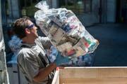 Abgelaufene oder nicht mehr benötigte Medikamente gehören nicht in den Abfall, sondern zurück an Apotheken und Drogerien, damit sie fachgerecht (Bild) entsorgt werden können. (Bild: Keystone / Christian Beutler)