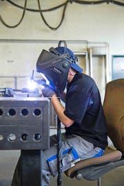 Gingen bei höheren Firmensteuern Arbeitsplätze in KMU – im Bild ein Schweisser bei der Arbeit – verloren? (Bild: Keystone/Peter Klauzner)