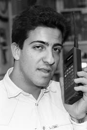 Ein Mann mit einem der neuen schurlosen Telefone, Natel-C, undatierte Aufnahme aufgenommen um 1993. (KEYSTONE/Str) (Bild: Keystone)