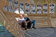 Die Initianten Ueli Meyer (links) und Albert Albisser im Geuenseer Globhuus mit den Porträts von Einwohnern aus über 50 Nationen. (Bild Nadia Schärli)