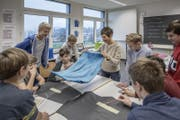 Die Klasse 1c an der Kanti Reussbühl bei der Handarbeit. (Bild: Pius Amrein (Reussbühl, 16. November 2017))