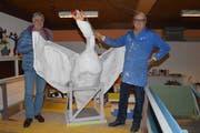 Schwan Walterli mit Wagenbauer Peter Hort (links) und Roland Meienberg. (Bild: Rosemarie Bugmann / Neue NZ)