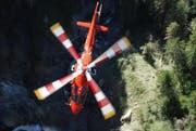Ein Helikopter der Rega brachte den Verletzten ins Spital. (Symbolbild)