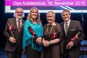 Die neuen Ehrendoktoren (von links): Sepp Riedener, Iris Bohnet, Mieke Bal und Peter Locher. (Bild: PD)