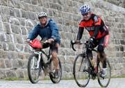 Der ehemalige Radrennfahrer Robert Dill-Bundi und Jakob R. Passweg, Präsident Krebsliga Schweiz. beim «race against cancer» 2010 auf der Tremola. (Bild: PD)