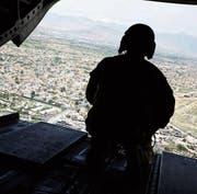 Ein US-Soldat in einem Helikopter über Kabul. (Bild: Jonathan Ernst/Getty (24. April 2017))