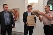 Landrat Christian Arnold (links) und Ständerat Isidor Baumann (rechts) bei der Überreichung der Unterschriftsbögen an Kanzleidiretor Roman Balli. (Bild: Urs Hanhart (Altdorf, 16. August 2017))