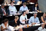 Das Aus der «Salle» zeichnete sich bereits bei ihrem Votum ab: Helene Meyer-Jenni (stehend) verkündet, dass die vorberatende Kantonsratskommission den Kredit mit 10 zu 3 Stimmen abgelehnt hat. (Bild Pius Amrein)