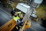 In der Stadt Luzern werden neue Strassenlampen – im Gegensatz wie bisher mit Natriumdampflampen (Bild) – ausschliesslich mit der LED-Technik ausgestattet. (Bild: Pius Amrein)