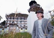 Christoph Rütimann vor seiner Holzkugel und dem Zuger Kunsthaus. (Bild: Werner Schelbert (Zug, 11. Juli 2017))