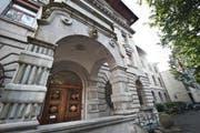 Der Stadtrat hat sich der Geschäftsprüfungskommission gebeugt. Für den neuen Job für ein Strategiemanagement werden nun doch 80 statt wie geplant 150 Stellenprozente eingesetzt. Im Bild: Das Stadthaus in Luzern. (Bild: Boris Bürgisser)