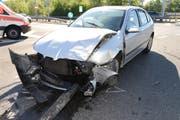 Die abbiegende Autofahrerin hat das Lichtsignal bei der Ausfahrt missachtet und ist in die linke Seite des anderen Autos gekracht.. (Bild: Luzerner Polizei)