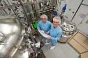 Ein Blick in die Produktion in Werthenstein. Im Bild: Markus Tanner, Leiter der Biotech-Produktion, und Standortleiter Peter Hofstetter. (Bild: Dominik Wunderli / Neue LZ)