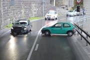 Beide Unfallautos erlitten Totalschaden. (Bild: Kapo Nidwalden)
