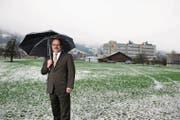 Vom Dorf raus auf die grüne Wiese: Bankdirektor Bruno Thürig auf dem 2015 erstmals vorgestellten Ersatzplatz im Feldquartier. (Bild: Corinne Glanzmann (Sarnen, 25. November 2015))