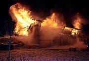 In Neuenkirch ist am Mittwoch in den frühen Morgenstunden eine Scheune komplett abgebrannt. (Bild Luzerner Polizei)