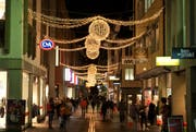 Die Weihnachtsbeleuchtung in der Hertensteinstrasse sorgt derzeit für Diskussionen. (Bild: Boris Bürgisser / Neue LZ)