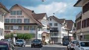 Steht zum Verkauf: das Hotel und Restaurant Adler im Dorfzentrum. (Bild: Nadia Schärli (Schüpfheim, 18. April 2017))