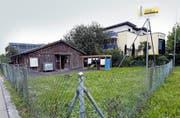 Die Profile sind erstellt: Die Asylunterkunft im Bösch soll durch einen Neubau ersetzt werden. Bild: Werner Schelbert (Hünenberg, 21. September 2016)