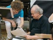 Nicht Schüler und Meister, sondern Austausch über Generationen hinweg: Franz Rieks (18) und Wolfgang Rihm (64) in einer Probe des Komponisten-Seminars. (Bild: Stefan Deuber)