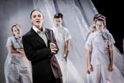 Guter Mensch in harter Schale: Daniela Britt (Vordergrund) in der Rolle des Shui Ta im Stück «Der gute Mensch von Sezuan» am Luzerner Theater. (Bild: Luzerner Theater/Ingo Höhn)