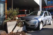 Dieser Autofahrer fuhr gegen einen Blumentopf und verletzte zwei Fussgänger. (Bild: Luzerner Polizei)