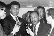 Ali, der politische Mensch, zusammen mit Bürgerrechtler Martin Luther King (rechts). (Bild: Keystone/Ed Kolenovsky)