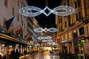 Die Weihnachtsbeleuchtung, hier am Grendel, darf laut geltender Regelung erst ab 16 Uhr eingeschaltet werden. (Archivbild Boris Bürgisser)