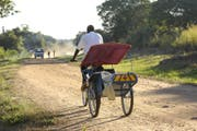 Herkömmliche Veloambulanz in Chiure, Mocambique. (Bild: Martin Walser/SolidarMed)