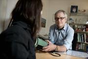 Christoph Merlo, Projektleiter des Instituts für Hausarztmedizin, in seiner Praxis in Luzern (gestellte Szene). (Bild Corinne Glanzmann)