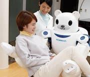Dieser Roboter namens Robear assistiert beim Tragen, Umbetten und Aufrichten von Patienten. (Bild: PD)