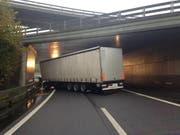 In der Blegikurve krachte dieser Sattelschlepper in die Leitplanken und blockierte stundenlang die Autobahn. (Bild: Zuger Polizei)