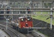 Bei der Einfahrt in den Bahnhof Luzern (auf dem Bild ein Werkzug) soll der Handyempfang verbessert werden. (Archivbild Urs Flüeler / Keystone)