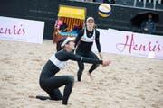 Konzentrierte Annahme von Joana Heidrich (links), beobachtet von ihrer Partnerin Nadine Zumkehr. Das Duo gewinnt den Sechzehntelfinal am Nachmittag in drei Sätzen. (Bild: Pius Amrein / Neue LZ)