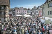 Der Dorfplatz Sarnen war beim Volksapéro nach dem offiziellen Staatsakt auf dem Landenberg gut gefüllt. (Bild: Pius Amrein (Sarnen, 30. April 2017))