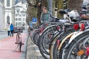 Um Platz für das eigene Velo zu schaffen, muss man schon mal andere Velos versetzen wie hier an der Bahnhofstrasse. (Bild: Dominik Wunderli)