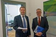 Regierungsrat Marcel Schwerzmann (links) und Hansjörg Kaufmann, Leiter Dienststelle Finanzen, können eine um 14,3 Millionen Franken besser als budgetierte Staatsrechnung 2017 vorstellen. (Bild: PD)