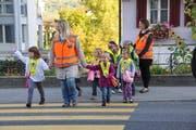 Die Schule empfiehlt als Alternative zum Eltern-Taxi den Pedibus. (Archivbild Matthias Piazza / Neue NZ)