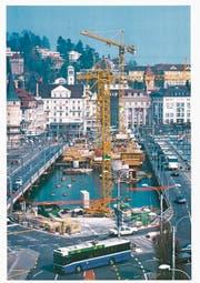 Während des Baus der heutigen Seebrücke, die im Dezember 1996 eröffnet wurde, wurde der Verkehr auf zwei Hilfsbrücken verlegt. (Bild: Stadtarchiv Luzern)