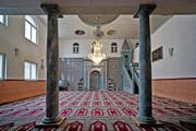 Blick in die Moschee der bosnischen Gemeinde in Emmenbrücke. Die Gemeinschaften oder Vereine sind nicht überall gleich gut organisiert, so der Islam-Experte Hansjörg Schmid. (Archivbild Pius Amrein)