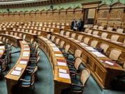 Ab heute füllen sich die Reihen wieder: Der Nationalrat hält eine dreitägige Sondersession ab. Diese dient dazu, den Pendenzenberg abzubauen. Der Rat wird über zahlreiche parlamentarische Vorstösse entscheiden. (Archiv) (Bild: KEYSTONE/ALESSANDRO DELLA VALLE)