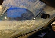 Mit derart vereisten Scheiben zu fahren gefährdet nicht nur den Fahrer sondern auch andere Verkehrsteilnehmer. (Bild: Zuger Polizei)