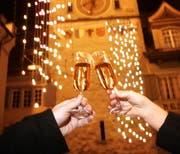 In der Altstadt wird aufs neue Jahr angestossen. Bild Stefan Kaiser/Neue ZZ
