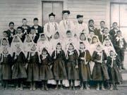 Der Schwyzer Bischof Martin Marty mit zwei Priestern und indianischen Erstkommunikanten um 1888 im Crow Creek Reservat in Suddakota.Bilder: Privatarchiv Manuel Menrath