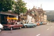 1978 Wartende Autos vor der Tankstelle beim Pneumatikhaus (Benzinpreis: 55 Rappen). Mitte hinten beim Pilatusplatz das inzwischen abgerissene Restaurant Schmiede. Rechts hinten das markante Stirngebäude der Überbauung Hallwilerweg 5, unter anderem mit dem kantonalen Passbüro. (Bild: pd)